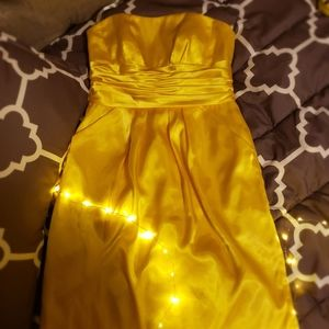 Chic gold colored strapless dress with pockets